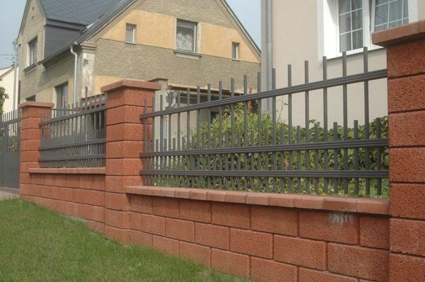 Tyčový plot s tehlami